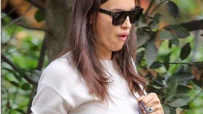 Irina Shayk presume de anillo y de embarazo