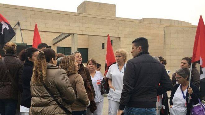 Huelga del servicio limpieza en Son Llàtzer por impago de salarios