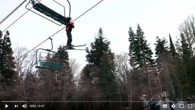 Un niño se queda colgado en un telesilla a 8 metros de altura