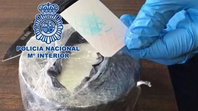 Detenido un hombre que llevaba un kilo de cocaína dentro de un queso