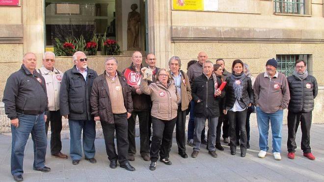 UGT entrega carbón a la Delegación del Gobierno por el empobrecimiento de las pensiones