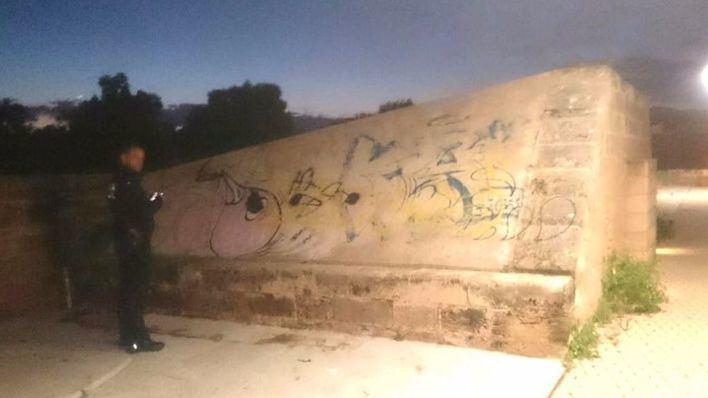 Cazados un joven de 19 años y un menor de 14 haciendo pintadas en es Baluard des Príncep