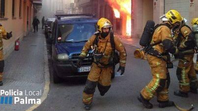Cinco heridos leves en el incendio de un garaje en Palma