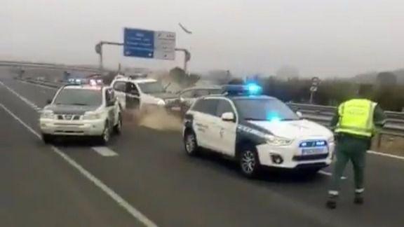 Conduce 40 kilómetros en sentido contrario y embiste a la Guardia Civil