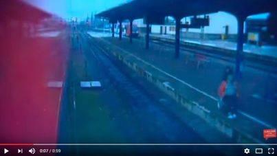 Lanza a una anciana en silla de ruedas a las vías del tren y la golpea