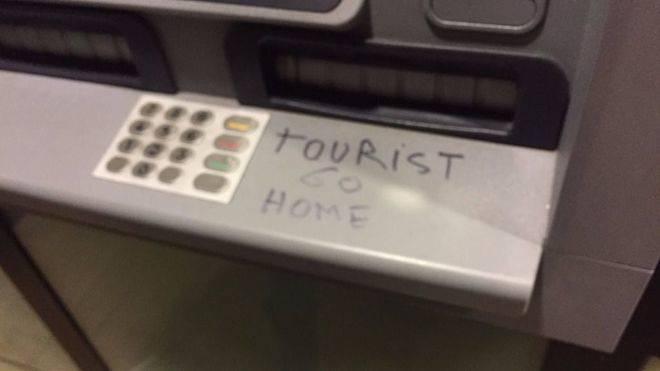 Vuelven las pintadas antituristas