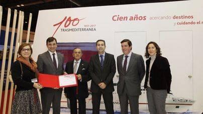 El Director Comercial de Trasmediterránea, Miguel Pardo y el Director de Pasaje, Ignacio Maldonado junto a la Directora de Fitur y miembros del jurado