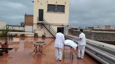 Traslado de pacientes y fallecidos por una terraza del Hospital General por un ascensor roto