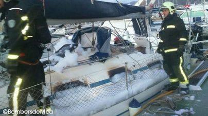 Un incendio quema un velero de diez metros en el Port de Pollença