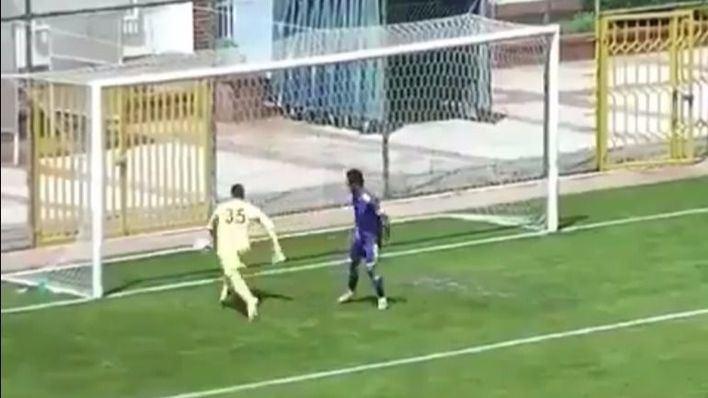 Este portero marca el gol en propia puerta más ridículo de la historia