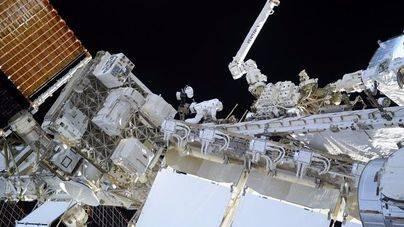 Un astronauta graba lo que ve en un paseo espacial