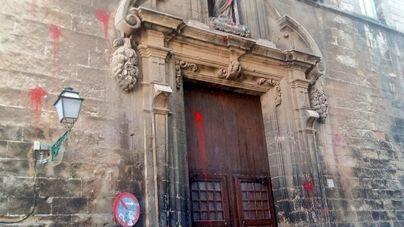 La Santa Creu continúa manchada de rojo dos meses después del ataque vandálico