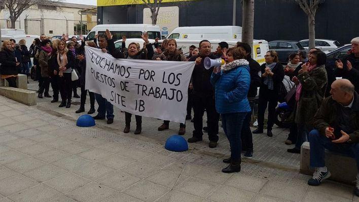 Este lunes se han concentrado frente a la sede de la compañía en Son Castelló