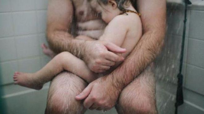 A juicio por mostrar a su marido con su hijo en la ducha