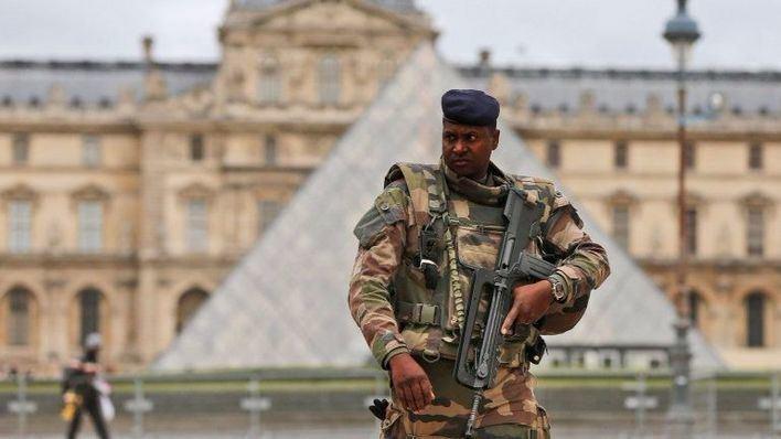 Un soldado dispara a un yihadista cuando entraba al Louvre con un machete