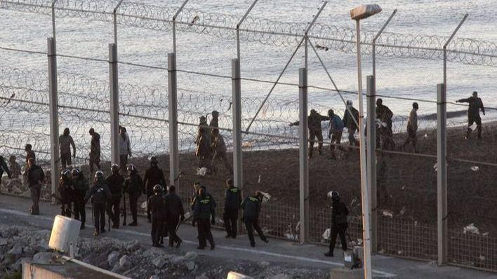 Un centenar de inmigrantes intentan saltar la valla en Melilla