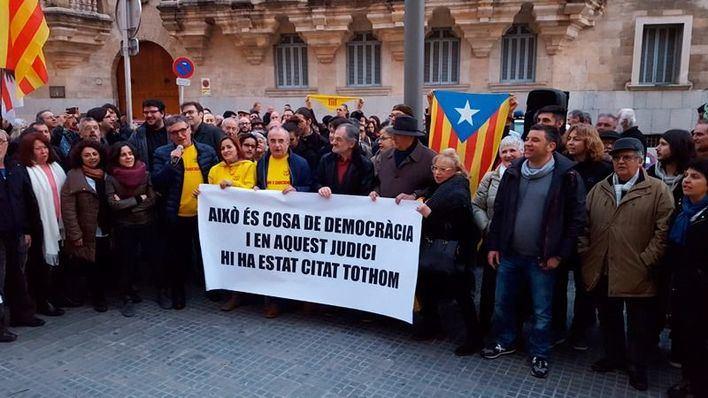 Decenas de personas se concentran en Palma para apoyar a los encausados por el 9N