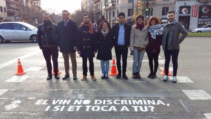 Cort pinta mensajes contra la discriminación por VIH en 10 pasos de peatones