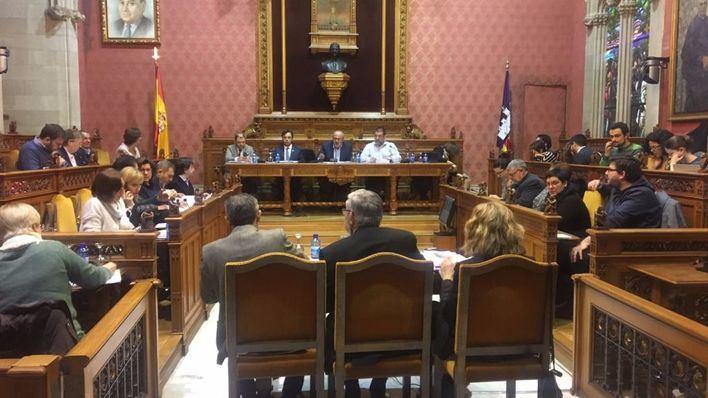 Los vecinos de Sa Casablanca interrumpen el pleno del Consell para exigir soluciones a sus casas inundadas