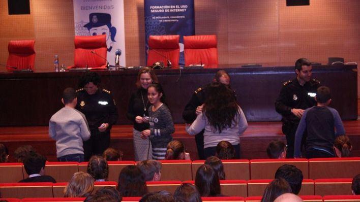 La Policía Nacional forma a los niños de Mallorca contra los riesgos en internet