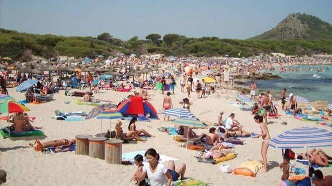 La playa de Cala Rajada saturada con turistas, en una imagen de archivo