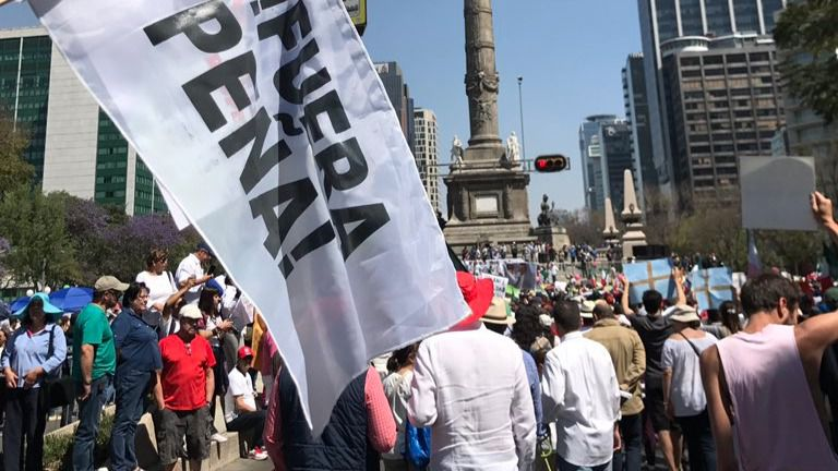 Miles de personas se manifiestan contra Trump y Peña Nieto en México
