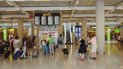 Una empleada del aeropuerto podrá volver a trabajar con velo