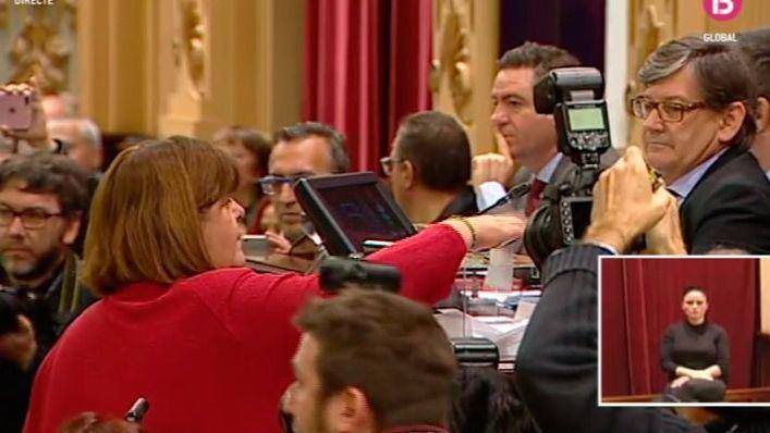 Xelo Huertas y Montse Seijas votan a favor de Picornell