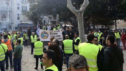 Los taxistas llevan a la calle su protesta contra los buses a zonas turísticas