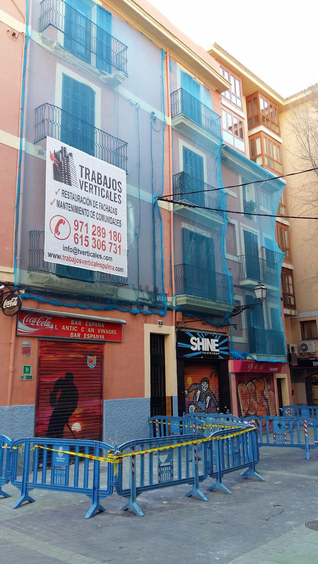 cort obliga a cerrar los locales del edificio afectado por el de balcones