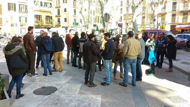 Una representación de los trabajadores se ha desplazado a la sede del Govern
