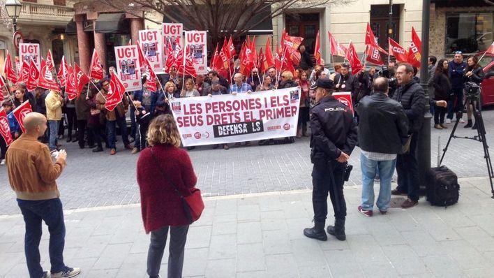 Los sindicatos reúnen a medio centenar de personas en la lucha contra la precariedad