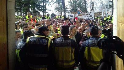 Cumbre taxista para radicalizar las protestas contra los buses regulares