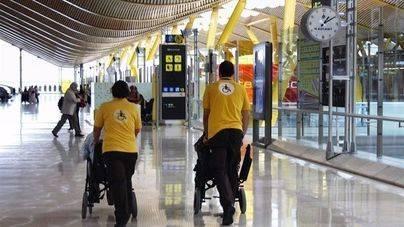 Trabajadores de Aena ayudan a personas con movilidad limitada