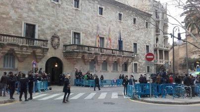 Máxima expectación frente a la Audiencia de Palma.