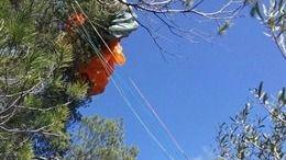 Rescatado un hombre que se había quedado enganchado a un árbol