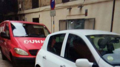 Las sillitas en el coche policial en 'carga y descarga'