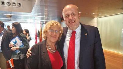 Miquel Ensenyat y Manuela Carmena, tras la reunión del miércoles
