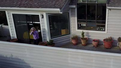 Dispara con un rifle al dron que la espiaba en su casa