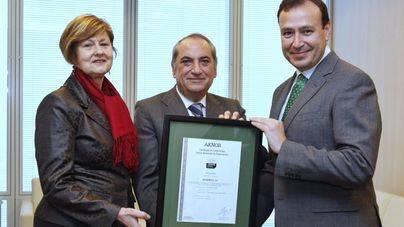 Agustín Delgado (a la derecha) recibe el reconocimiento de la directora de AENOR en el País Vasco, Luz Emparanza, en presencia del consejero de Medio Ambiente, Iñaki Arriola