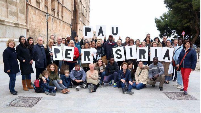 La Iglesia pide la paz en Siria con pancartas frente a la Seu