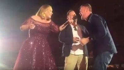Adele, cómplice de una pedida de mano en su concierto