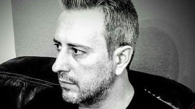 El poeta Pedro Andreu recita en El Corte Inglés por el Día de la Poesía