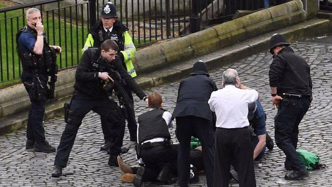 Un agente de la policía británica neutraliza a uno de los agresores