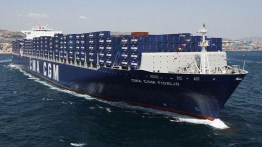 La Armada y Salvamento auxilian en Eivissa a un barco con fuego a bordo