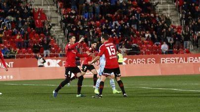 Los jugadores del Mallorca celebran el gol de Ansotegi