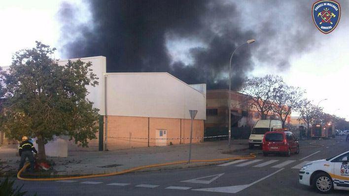Arde una nave de colchones en el polígono industrial de Binissalem