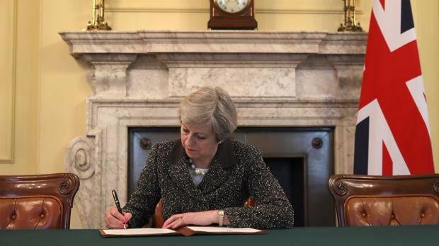 Londres entrega la carta que lanza el 'Brexit'