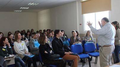 El doctor Robert Swartz, ante un grupo de docentes