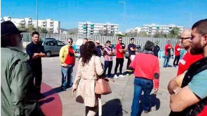 Los bomberos presionan a Angélica Pastor haciéndole un pasillo humano